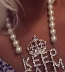 "Oversized ""Keep Calm"" pearl rapper necklace"
